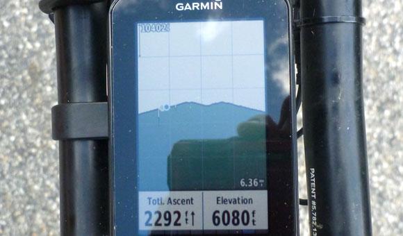 Garmin Edge 1000 отображает информацию о высоте подъема в виде голубой точки на профиле высоты