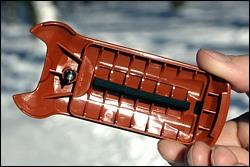 Задняя крышка. Виден металлический держатель (ключик)