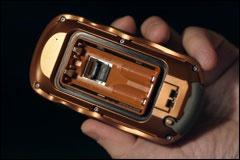 Вид сзади. Виден слот microSD под батарейками