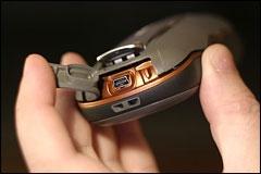 Вид снизу (защелка, USB-порт, ушко для ремешка)