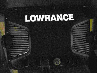 логотип LOWRANCE  на задней стороне корпуса
